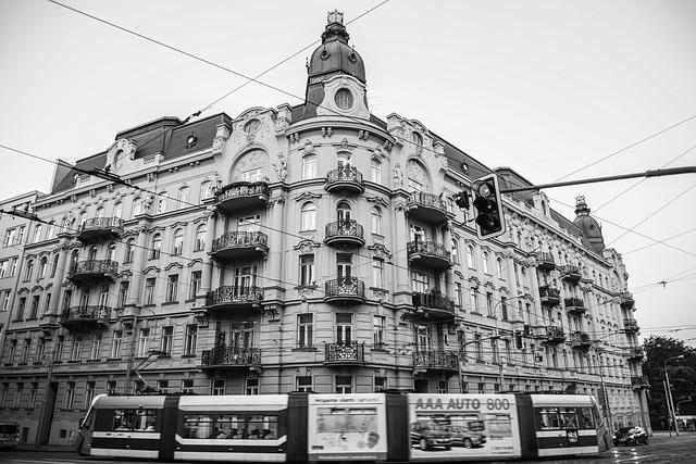 velká budova, balkony, tramvaj