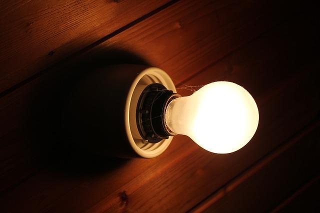 pavučiny na žárovce