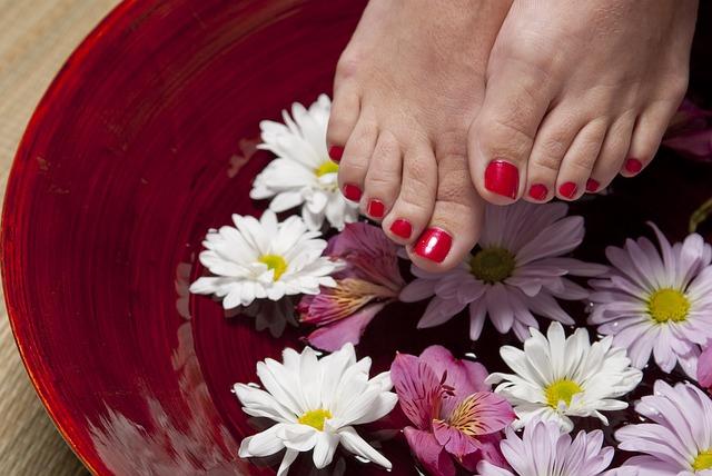 wellness, nohy v květinové misce