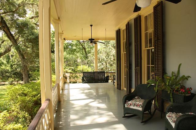 veranda s křesílky před domem