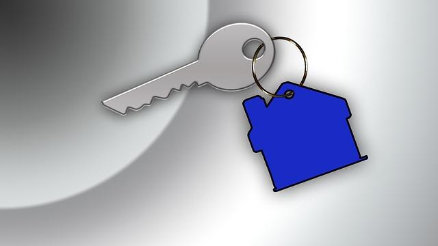 klíč s modrým přívěskem domu