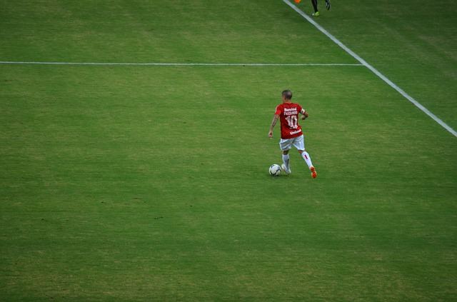 fotbalista na hřišti