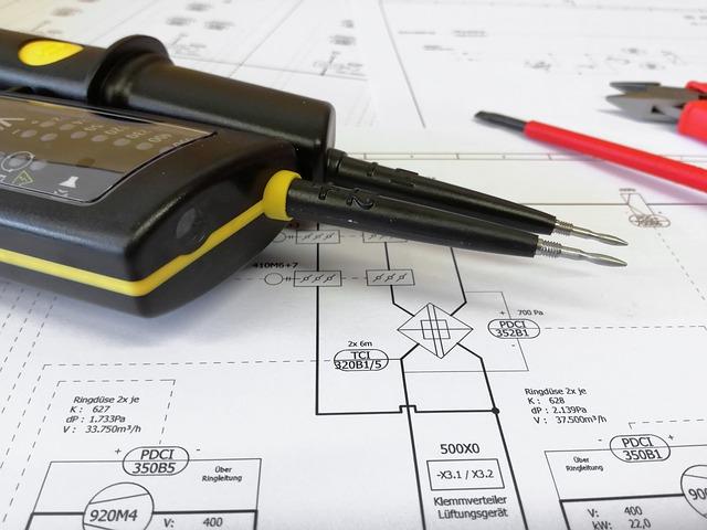 plánek a elektrikářovo nářadí